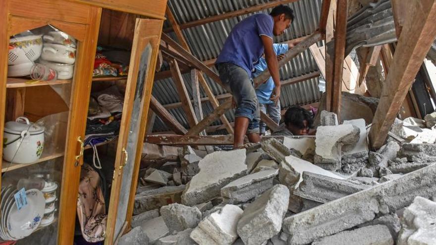 Una forta rèplica provoca l'ensorrament de més edificis a l'illa indonèsia de Lombok