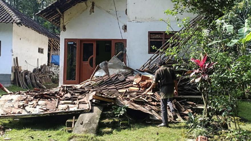 Almenys vuit morts per un terratrèmol a l'illa indonèsia de Java