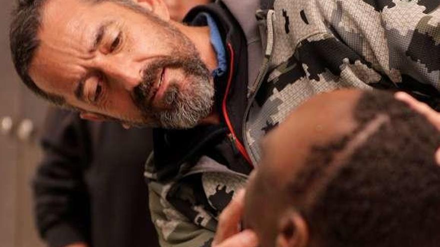 El doctor Cavadas extirpa a un niño africano un tumor más grande que su cabeza