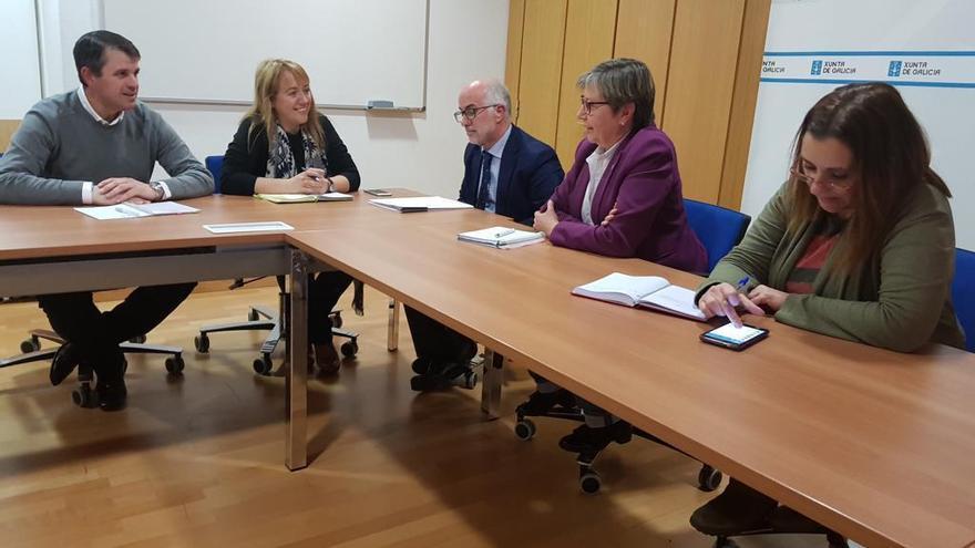 La candidata del PP despacha con la conselleira y José Juan Durán antes de ser concejala