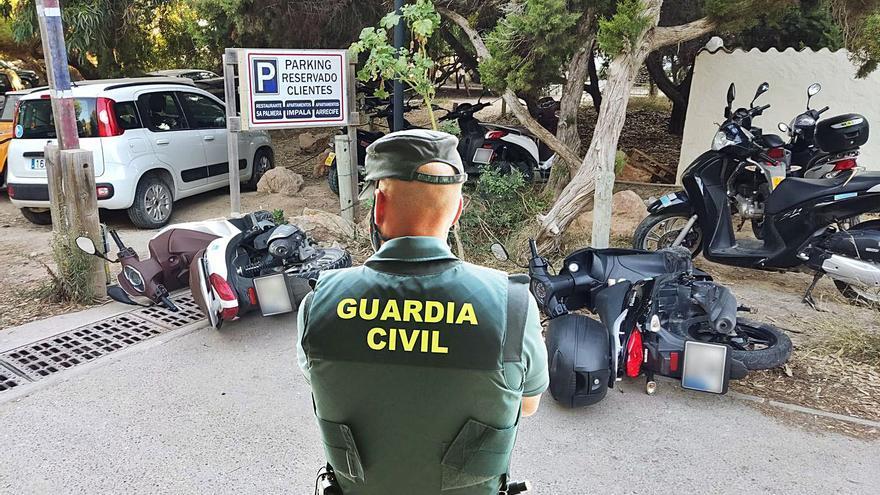 Detenido en Formentera un hombre por dañar medio centenar de vehículos