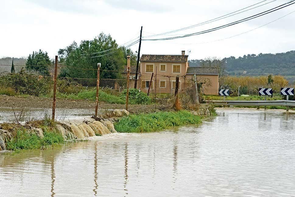Überschwemmungen nach den heftigen Regenfällen am Freitag (20.1.) auf Mallorca. Ortsweise ging auch Hagel nieder.