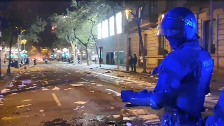 La segona jornada de protestes a Barcelona acaba amb batalla campal i barricades en flames