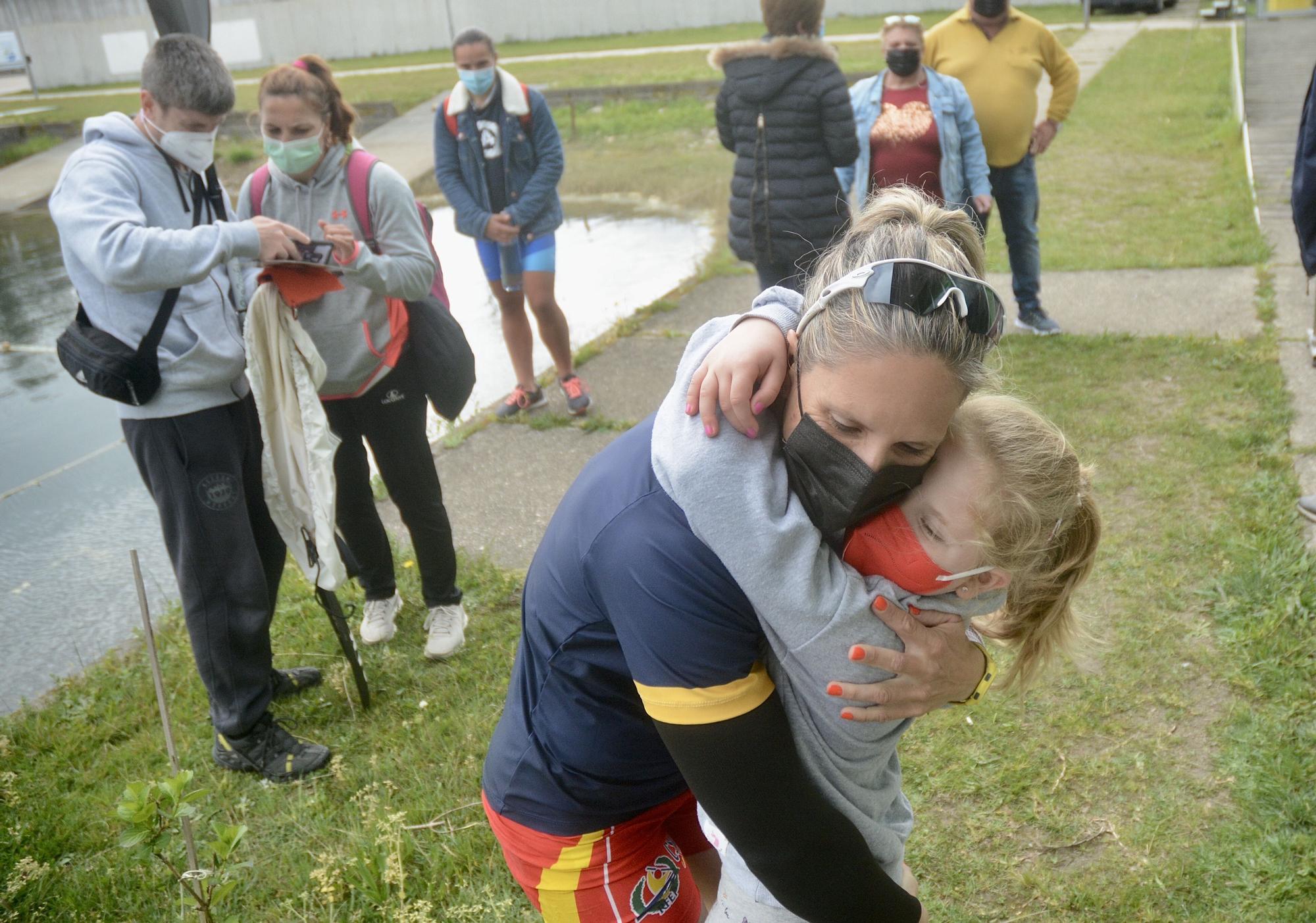 Teresa Portela se abraza a su hija tras clasificarse para sus sextos Juegos Olímpicos