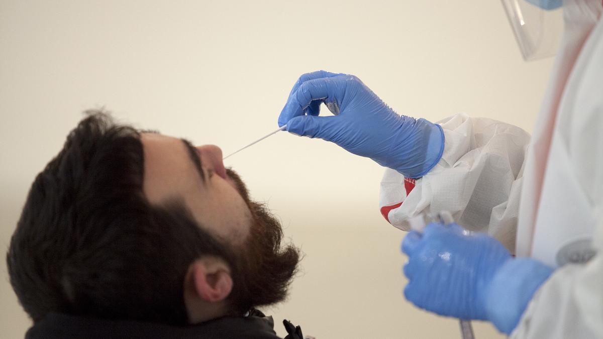 Un hombre se somete a una PCR.