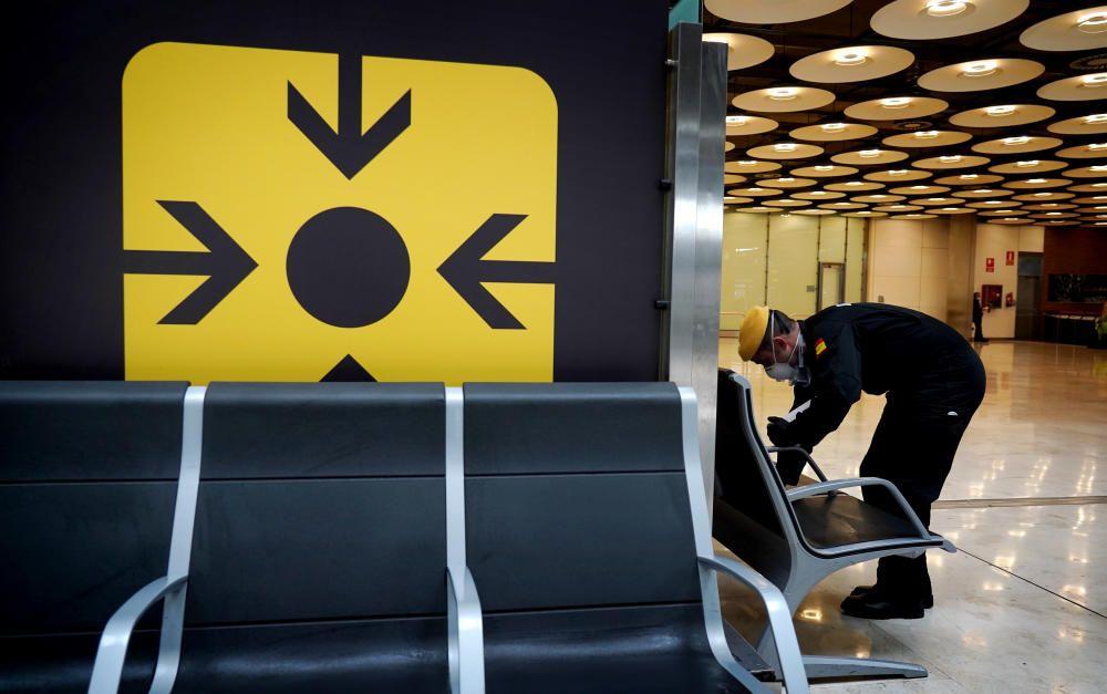 MADRID. 19.03.2020. CORONAVIRUS. Miembros de la UME limpian el aeropuerto de Barajas, terminal T4. FOTO: JOSE LUIS ROCA