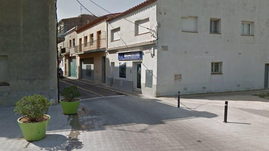 Una fuita d'aigua talla el trànsit del carrer Cendrassos de Figueres fins dissabte