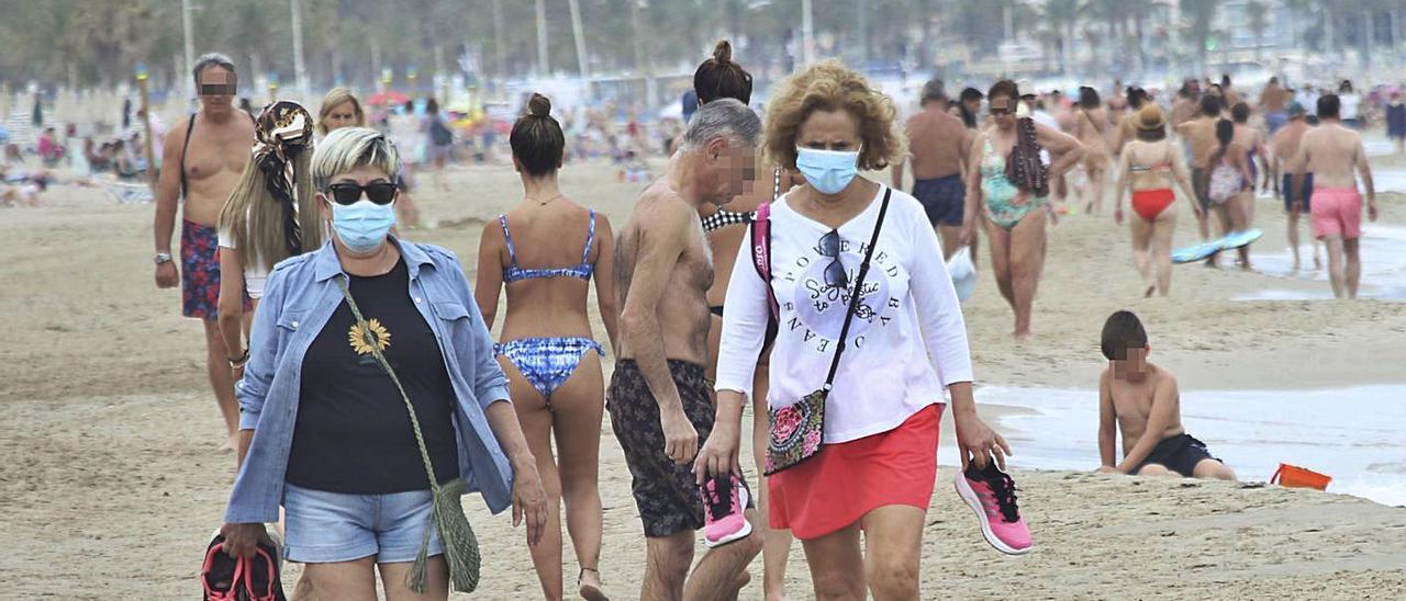 El Consell quiere que la mascarilla deje de ser obligatoria en las playas.   PILAR CORTÉS