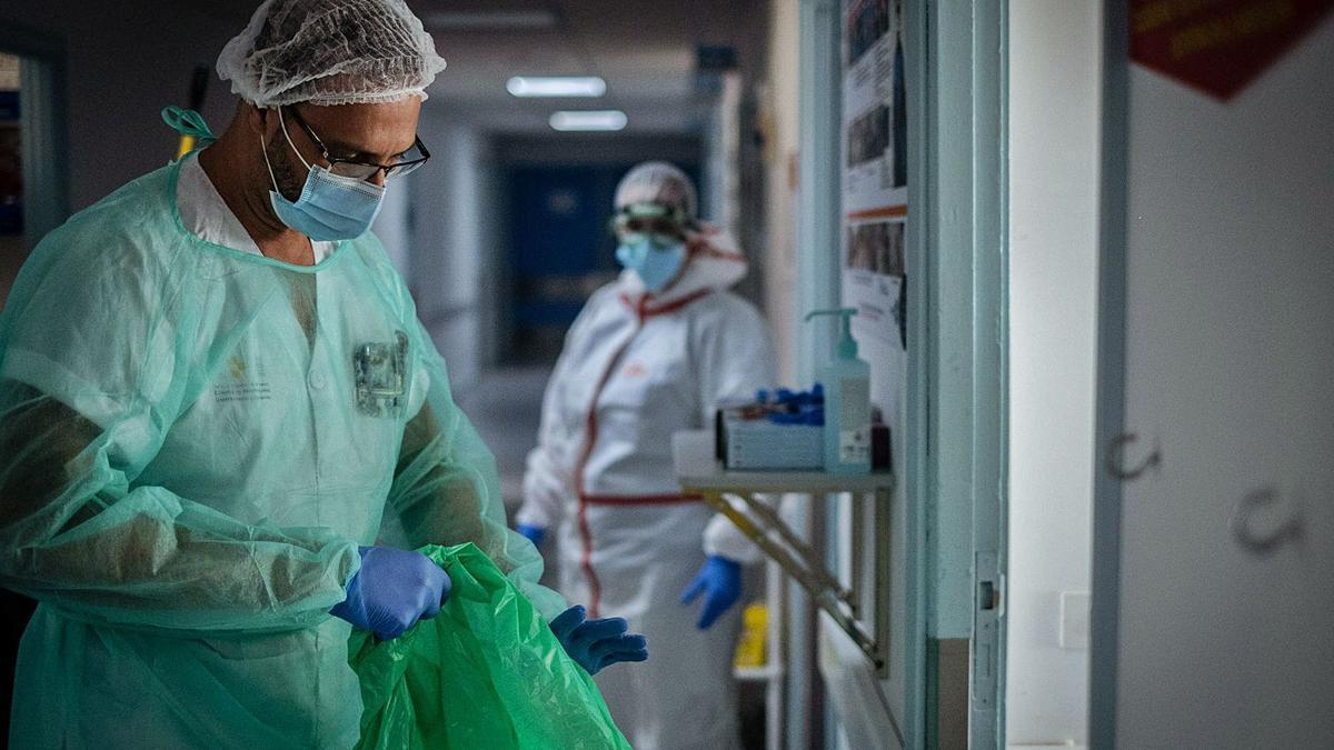 Dos profesionales del SCS trabajan mano a mano para dar la compleja asistencia a un paciente de Covid-19.