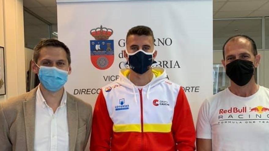 El director general de Deportes del Gobierno de Cantabria, Mario Iglesias, recibió al subcampeón de Europa júnior en piragüismo, Ernesto Goribar
