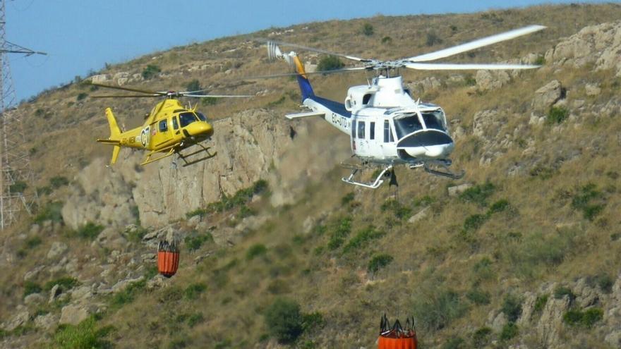 Movilizados cuatro helicópteros por un incendio forestal en Carcabuey