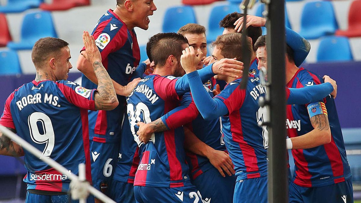 Los futbolistas del Levante UD celebran el gol de la victoria, obra de Morales (derecha). | EFE/JUAN CARLOS CÁRDENAS