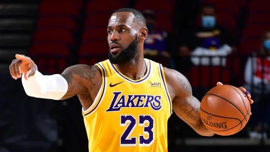 Noche histórica en la NBA: 46 puntos de LeBron, recuerdo a Kobe y primera pareja de árbitras