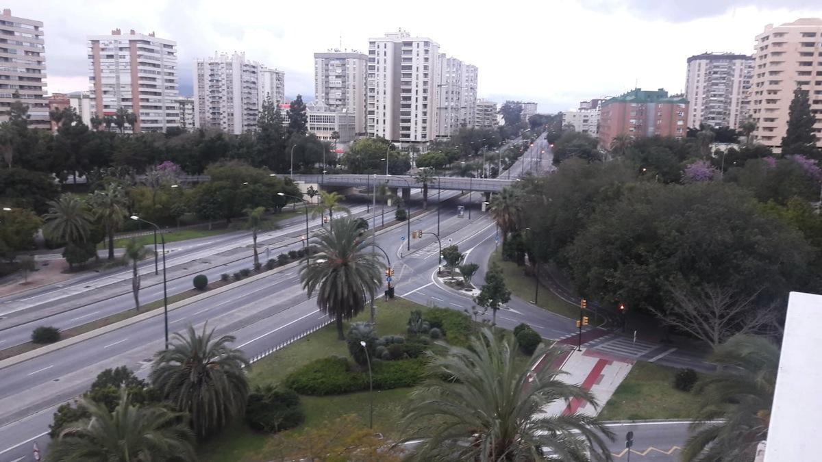 La foto, compartida por un atento vecino, nos muestra una avenida de Andalucía que bien podría haberla pintado, en un alarde hiperrealista, Antonio López.