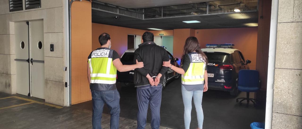 La Policía traslada al detenido en Alicante.