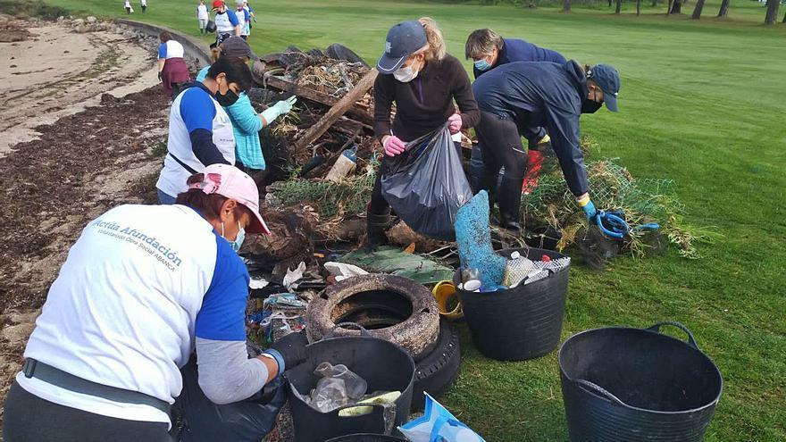 Retiran diez toneladas de basura de las concesiones marisqueras de O Grove