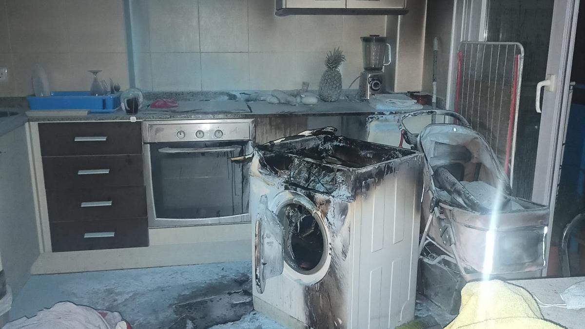 Estado en el que quedó la cocina por el incendio provocado por algún tipo de avería en una lavadora.