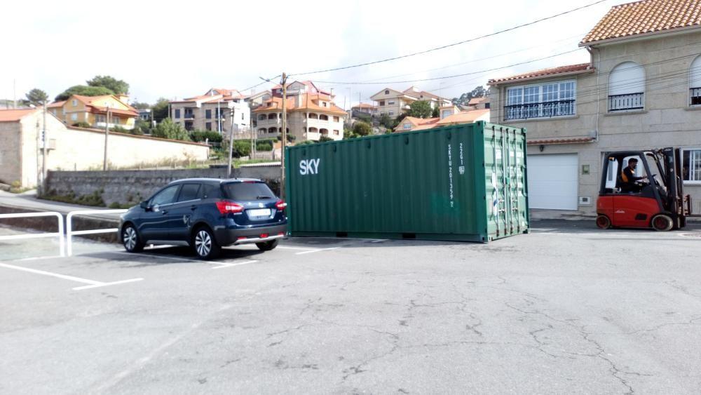 Los nuevos contenedores, en el puerto de Aldán