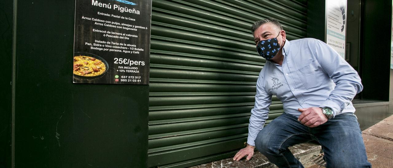 Marco Rodríguez echa la persiana en su establecimiento de la calle Gascona