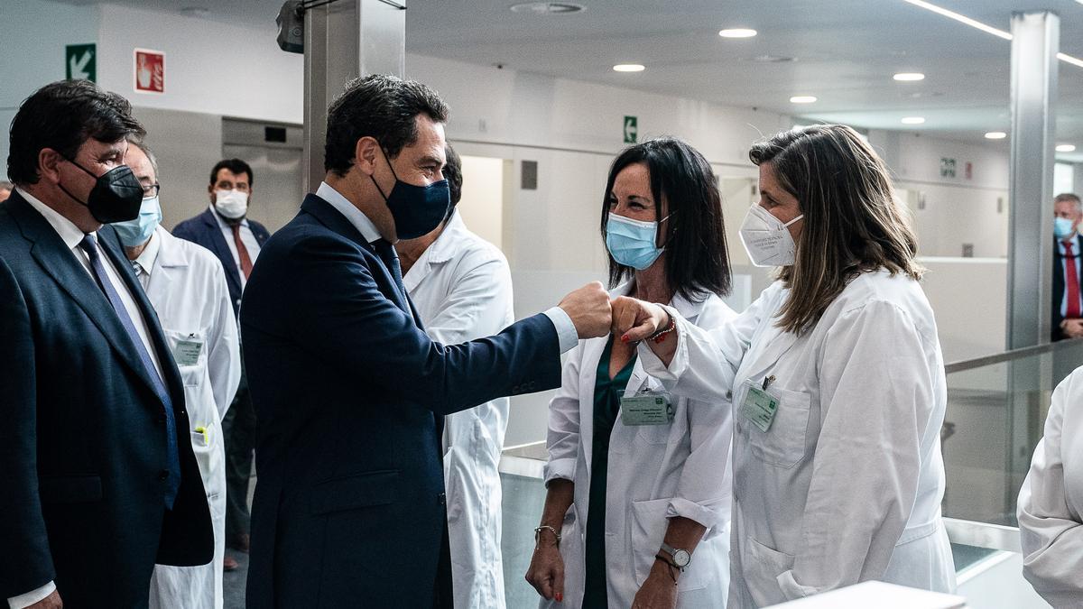 Juanma Moreno hoy en el centro de salud Isla Chica (Huelva=.
