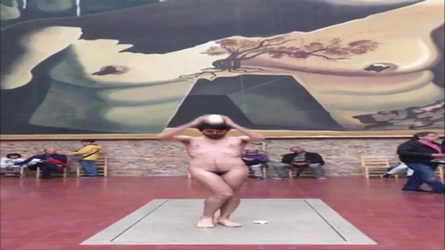 L'artista que es despulla als museus fa una performance sobre la tomba de Salvador Dalí
