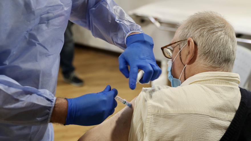 La mitad de la población española ya tiene la pauta completa de la vacuna