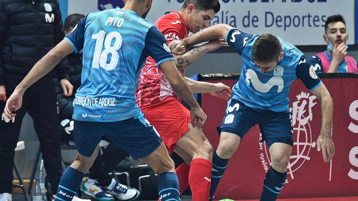 Darío Gil trata de llevarse el balón ante la oposición de dos rivales.