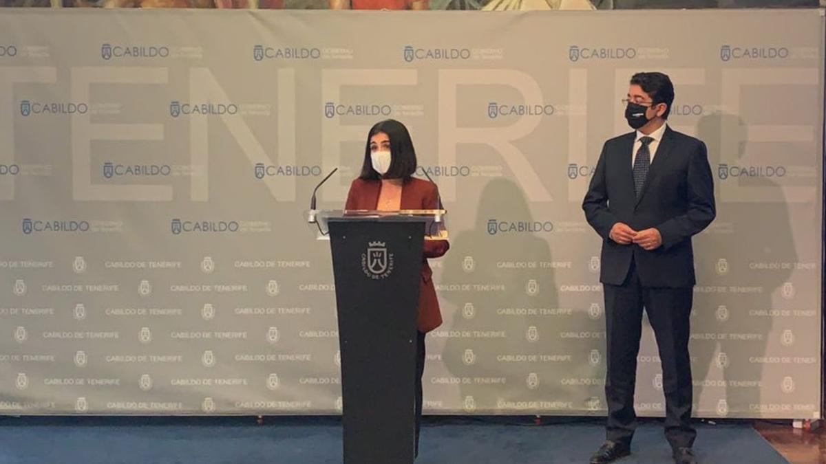 La ministra de Política Territorial, Carolina Darias, y el presidente del Cabildo de Tenerife, Pedro Martín, comparecen la reunión.