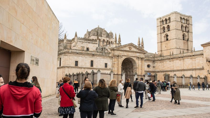 VÍDEO | Colas hasta la Rúa para ver a la Esperanza en Zamora