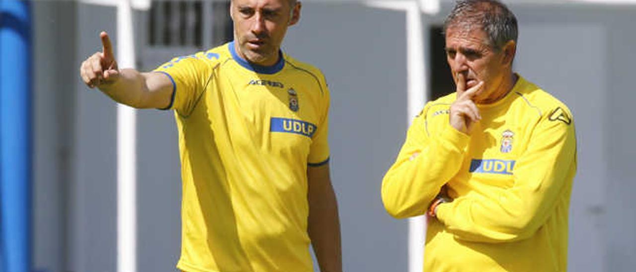 Ángel Rodríguez (izq.) y Paco Herrera (der.) dialogan durante un entrenamiento celebrado esta semana en Barranco Seco.