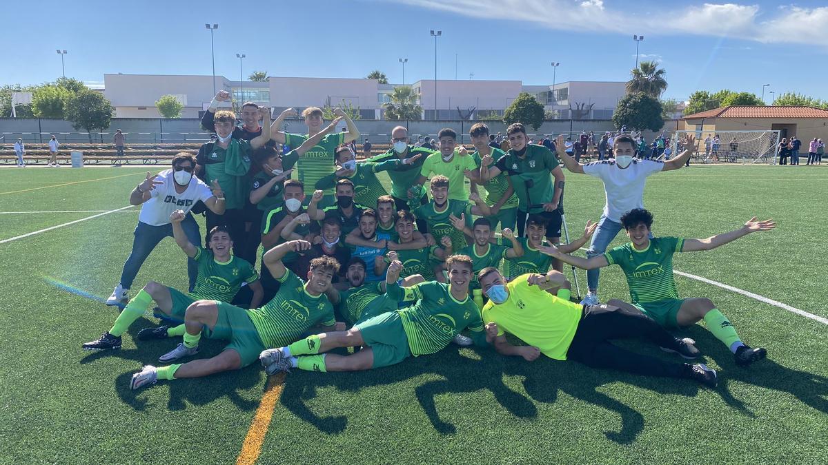 La Cruz Villanovense celebra su victoria 3-1 ante el Santa Marta de Tormes.