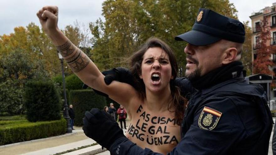 Activistas de Femen irrumpen en la manifestación franquista por el 20N en Madrid