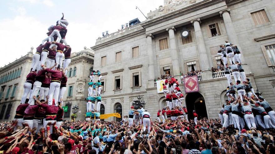 """""""Castellers"""" catalanes en la plaza de la Catedral, gran novedad de la feria de La Ascensión"""