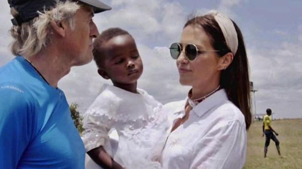 Calleja y Echevarría,  con un niño keniano.