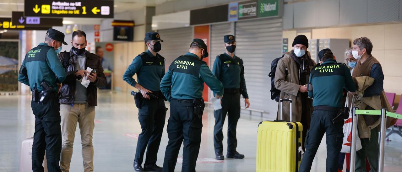Control en el aeropuerto de Ibiza durante la pandemia. Juan A. Riera