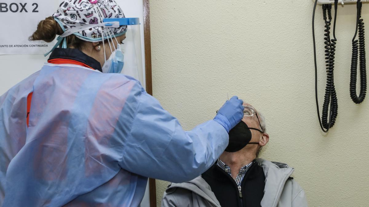 Una sanitaria realiza una prueba para detectar coronavirus a un cacereño en el hospital Virgen de la Montaña.