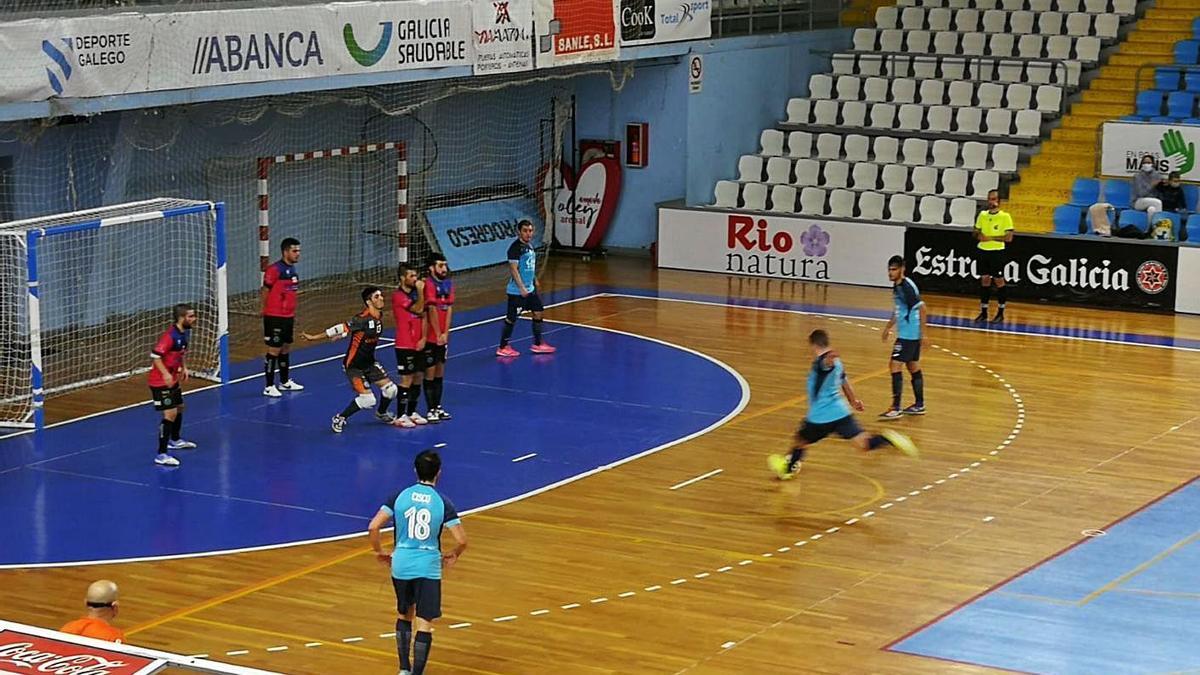 Los jugadores del Sala Ourense defienden un pelotazo a balón parado, ayer en el municipal de Lugo.    // FDV
