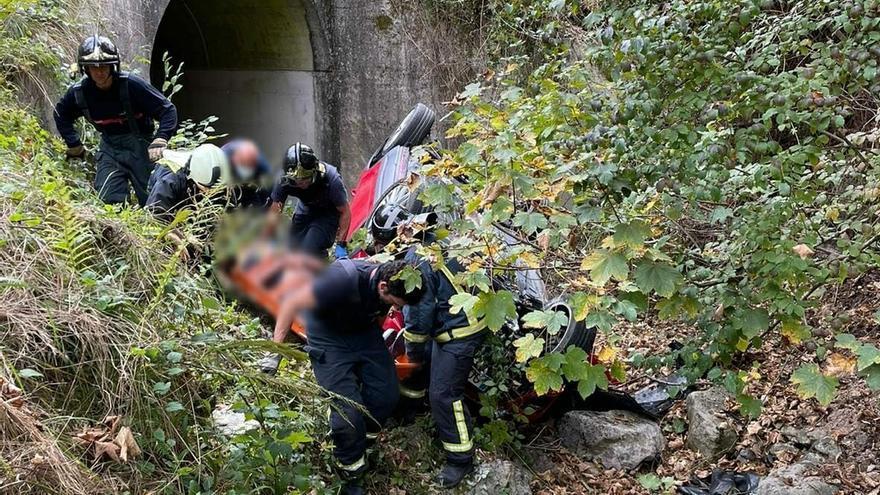 Dos heridos al salirse de la vía y volcar en Peñamellera Alta