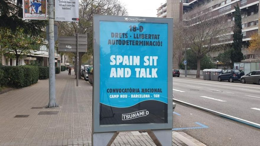 Retiran los carteles de Tsunami Democràtic de varias marquesinas en Barcelona