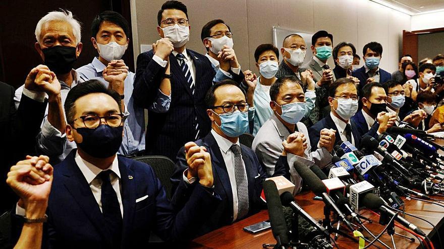 Dimissió en bloc de diputats prodemocràcia de Hong Kong per l'expulsió de 4 companys