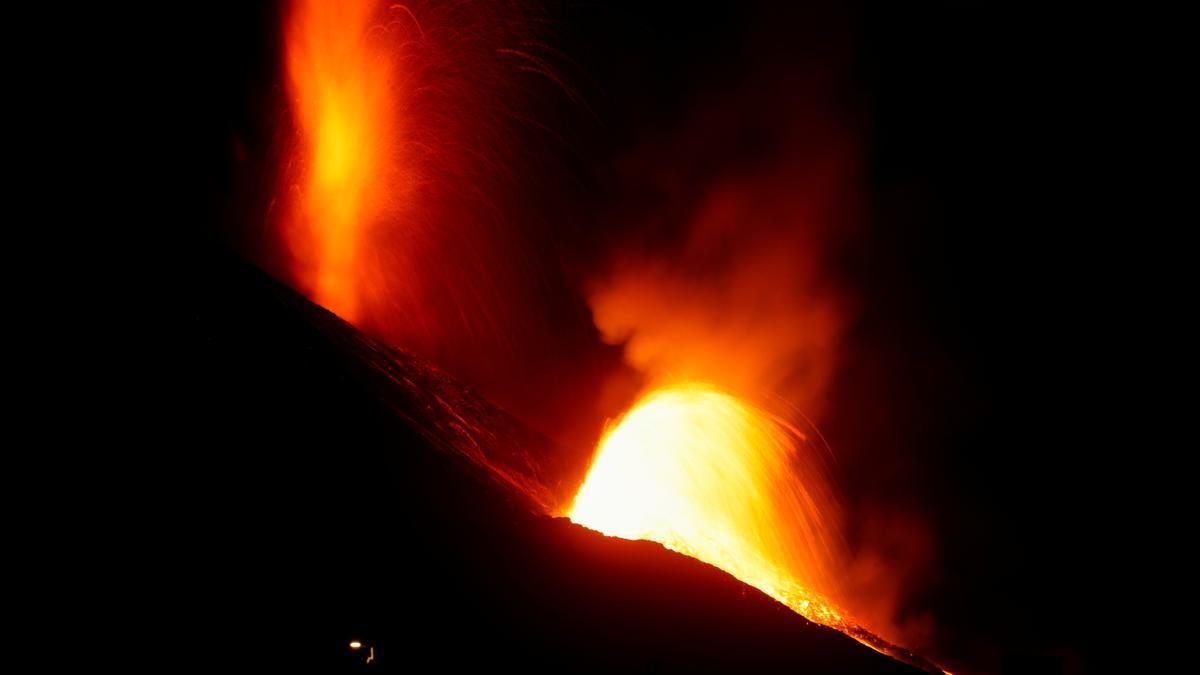 """¿Qué pasará cuando la lava llegue al mar en La Palma? La erupción del volcán de Lanzarote llegó tras 6 días de """"cataratas""""."""