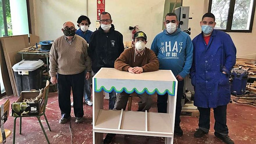 El centro ocupacional 9 d'Octubre  hace juguetes para l'Escoleta de Maru