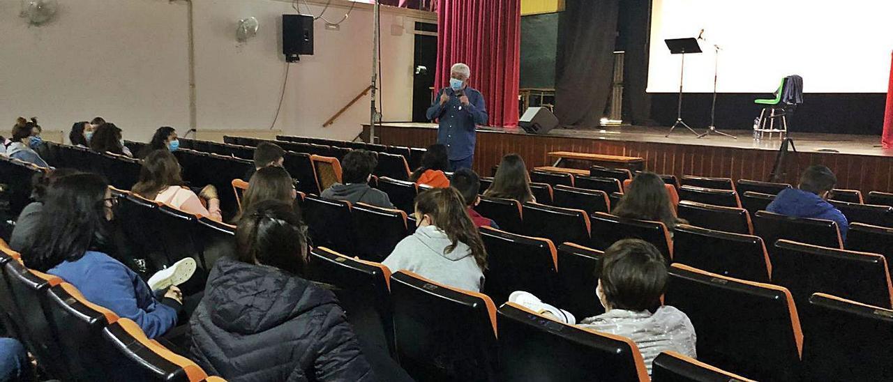 Una de les sessions de Vicent Camps que va obrir la programació a l'IES José Mª Parra. | LEVANTE-EMV