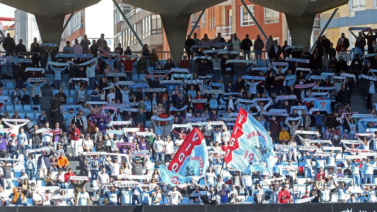 Aficionados del Celta cantan el himno durante un partido en Balaídos.