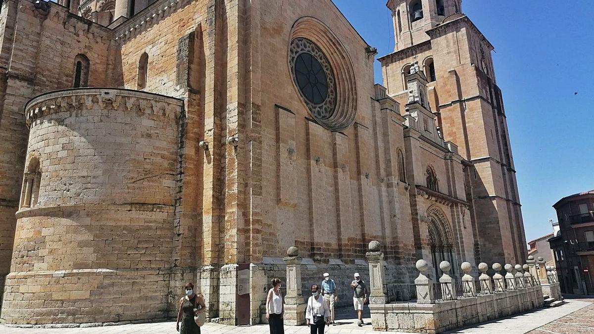 Un grupo de turistas se dispone a recorrer la ciudad tras visitar el interior de La Colegiata. | M. J. C.