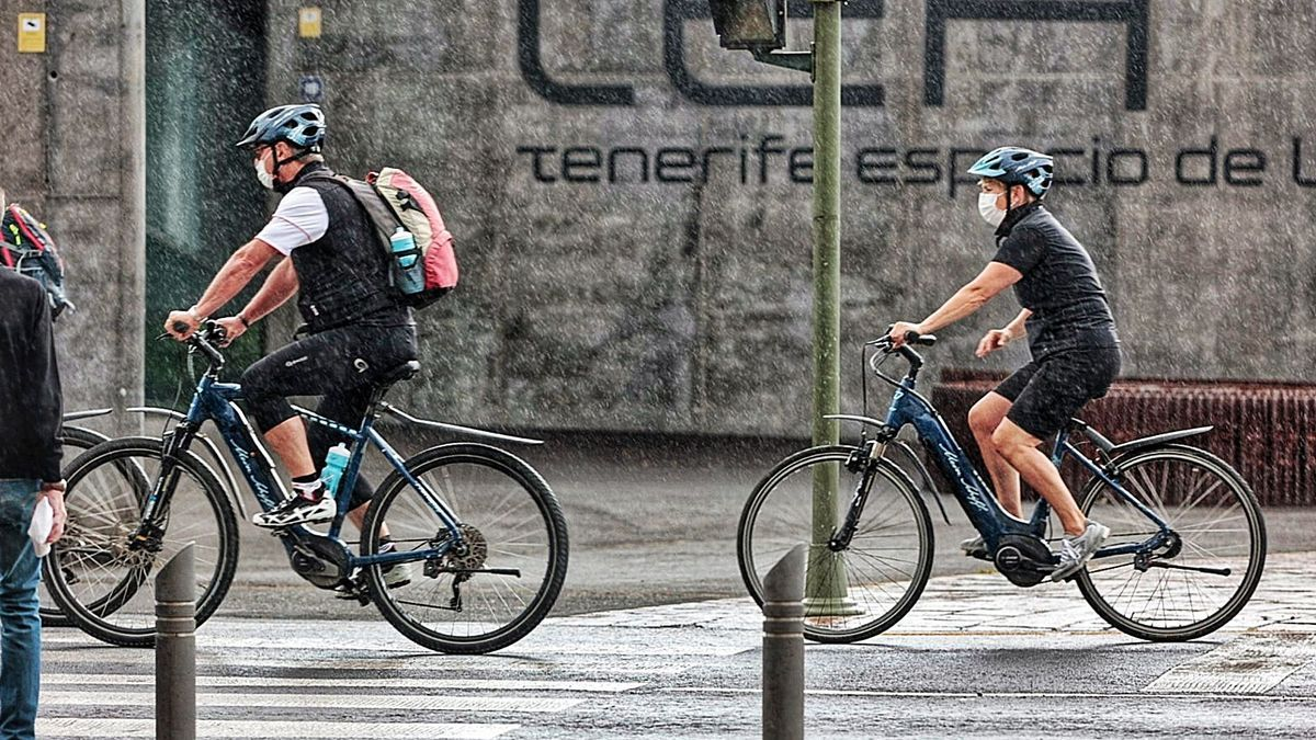 Dos ciclistas con mascarillas en Santa Cruz de Tenerife.