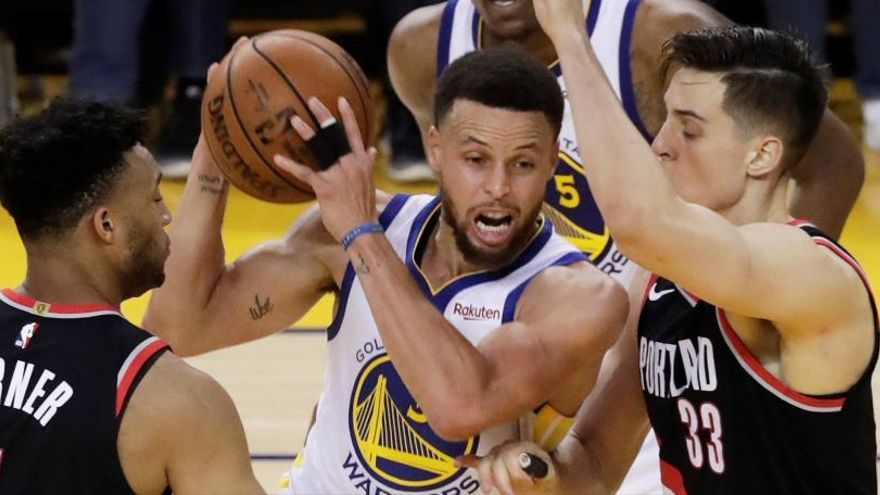 Los Warriors toman ventaja con una exhibición de Curry
