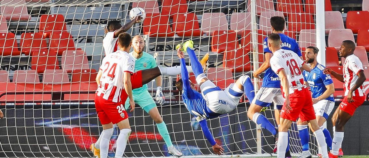 Grippo remata de chilena a la portería del Almería en la jugada del 2-2 ante la mirada del portero local, Makaridze, y del resto de los defensas.   LaLiga
