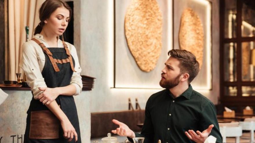 Una camarera busca trabajo y la rechazan por tener pareja y un hijo