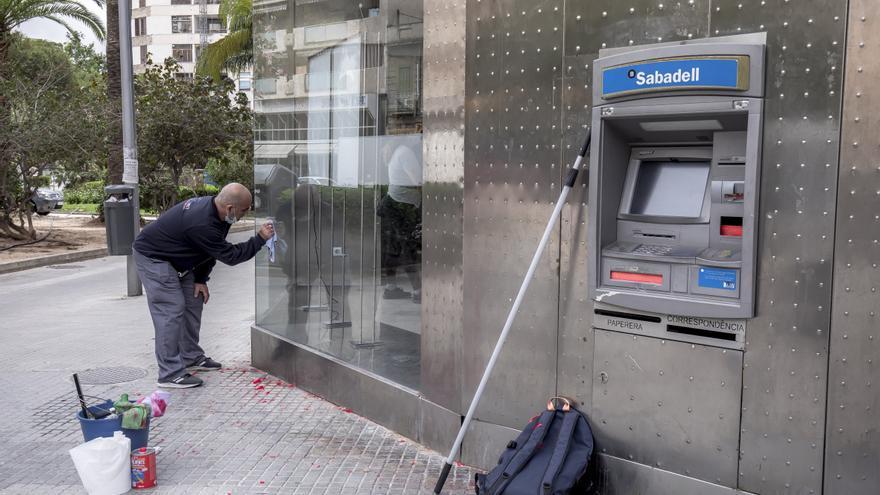 Una oficina bancaria amanece con pintadas de Arran y silicona en su cajero automático
